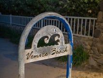 Muestra y poste de Los Angeles de la playa de Venecia en la noche foto de archivo libre de regalías