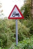 Muestra y poste indicador del tractor a continuación Imagenes de archivo