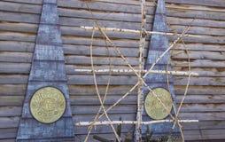 muestras étnicas en la pared de madera imagenes de archivo