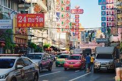 Muestras brillantes de las tiendas y de los restaurantes de la ciudad de China, Bangkok, Tailandia Foto de archivo
