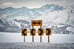 Muestras de camino que señalan a la izquierda e a la derecha Fotos de archivo libres de regalías