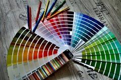 Muestras de color y de lápices coloreados imagen de archivo