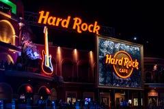 Muestras de Hard Rock Cafe y guitarra colorida en builCitywalk europeo del estilo en el ?rea 1 de Universal Studios fotografía de archivo libre de regalías