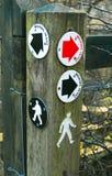 Muestras de la flecha de la dirección de la senda para peatones Imagen de archivo