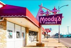 Muestras de la joyería y del limpiador-lavadero del vintage en Yale Avenue cerca de Route 66 en Tulsa Oklahoma los E.E.U.U. 3-7-2 imágenes de archivo libres de regalías