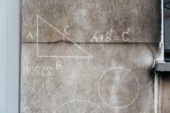 Muestras de la matemáticas en una pared de la ciudad Fotografía de archivo
