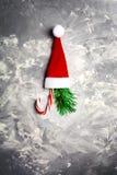 Muestras de la Navidad y del Año Nuevo - sombrero de Papá Noel, árbol de abeto y caramelo rojos Fotos de archivo