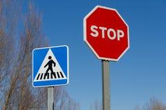 Muestras de la parada del tráfico y paso de peatones Imagenes de archivo