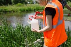 Muestras de la toma de agua para la prueba de laboratorio El concepto - análisis de la pureza del agua, ambiente, ecología fotografía de archivo libre de regalías