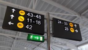 Muestras de las puertas del aeropuerto con diversas direcciones almacen de video