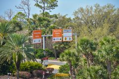 Muestras de llegada y de salida de los vuelos en fondo verde del bosque en Orlando International Airport imágenes de archivo libres de regalías