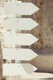 Muestras de madera vacías de la flecha El señalar a la derecha outdoor Fotografía de archivo