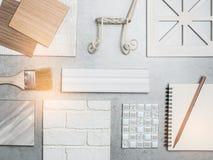 Muestras de material, madera, color, en la tabla SE del diseño interior imagen de archivo libre de regalías