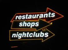 Muestras de neón en los apuroses de la vida nocturna Imagenes de archivo