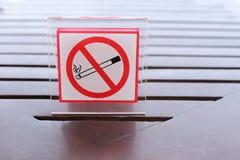 Muestras de no fumadores en la tabla Imagenes de archivo