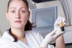 Muestras del cargamento de la mujer en analizador bioquímico Foto de archivo