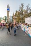 Muestras del manifestante de la gente que llevan durante el día los 8M de las mujeres en Santiago de Chile foto de archivo