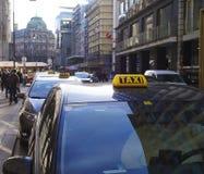 Muestras del taxi en los coches parqueados en el centro de Viena fotografía de archivo libre de regalías