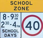 Muestras del tráfico por carretera, zona de la escuela Imagen de archivo