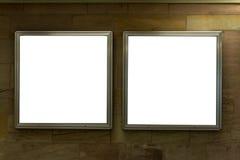 Muestras en blanco del espacio del anuncio aisladas en una pared de ladrillo foto de archivo