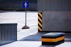 Muestras en el estacionamiento vacío del coche del sitio Imágenes de archivo libres de regalías