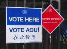 Muestras en el sitio de votación en Nueva York Imágenes de archivo libres de regalías