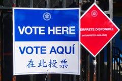 Muestras en el sitio de votación en Nueva York Foto de archivo libre de regalías