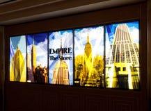 Muestras iluminadas de la tienda en el Empire State Building Imágenes de archivo libres de regalías