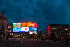 Muestras iluminadas en el West End W1 Londres Reino Unido del circo de Piccadilly Fotografía de archivo
