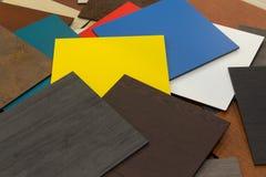 Muestras multicoloras de materiales compuestos para las fachadas ventiladas en la sala de exposici?n imágenes de archivo libres de regalías