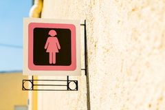 Muestras públicas del lavabo con un símbolo de la señora Imagen de archivo libre de regalías