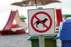 Muestras que anuncian la prohibición en perros en la playa imagen de archivo