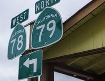 Muestras que señalan a las carreteras 78 y 79 en Julian California foto de archivo