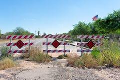 Muestras rojas y blancas de advertir conductores de la construcción de carreteras fotografía de archivo