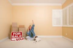 Muestras vendidas, rectángulos y mujer de las propiedades inmobiliarias en el teléfono Imagen de archivo libre de regalías