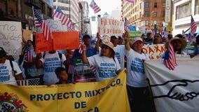 Muestras y banderas del piquete en la reunión de la inmigración almacen de metraje de vídeo