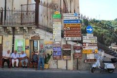 Muestras y direcciones para Ragusa en Sicilia Fotografía de archivo