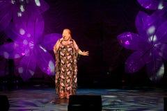 Muestre al cantante Lyudmila Senchina en la etapa en de la casa de la cultura nombrada después de Gorki Foto de archivo libre de regalías