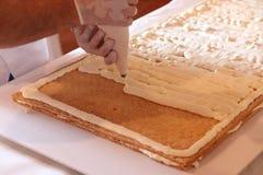 Muestre cocinar el pastel de bodas Foto de archivo