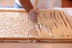 Muestre cocinar el pastel de bodas Foto de archivo libre de regalías