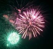 muestre con los fuegos artificiales coloridos en la noche Imagen de archivo