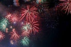 muestre con los fuegos artificiales coloridos en la noche oscura Imagen de archivo