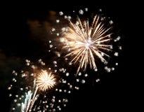 muestre con los fuegos artificiales coloridos grandes en la noche oscura Imágenes de archivo libres de regalías