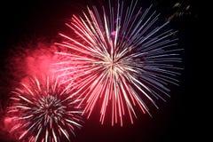 muestre con los fuegos artificiales coloridos grandes en la noche oscura Fotografía de archivo