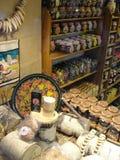 Muestre las tiendas de regalos, central histórico y los grandes almacenes más grandes de St Petersburg, asentando la yarda Foto de archivo libre de regalías