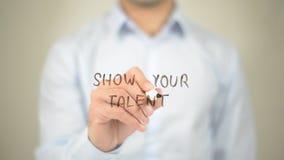 Muestre su talento, escritura del hombre en la pantalla transparente imagenes de archivo