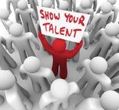 Muestre sus capacidades de Person Holding Sign Display Skills del talento Imagen de archivo libre de regalías