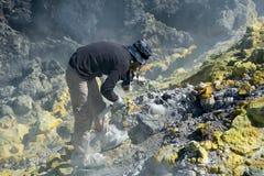 Muestreo del gas en el volcán fotografía de archivo