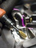 Muffa della macinazione della sbavatura del carburo di uso dell'operatore Fotografia Stock
