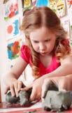 Muffa della ragazza del bambino da argilla nella stanza del gioco. fotografia stock libera da diritti